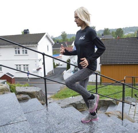 1. Tripp, trapp: Hold kondisjonen ved like i sommer med ulike former av trappeintervaller.  2. BRUK KROPPEN: Utfall kan utføres mens man går opp trappa. Dette er en skikkelig utfordring for balansen, og kjennes godt i rumpe og lår.  3. MAGEN MÅ MED: Også kjernemuskulaturen kan få kjørt seg i trappa. «Crunches» kjennes godt i magen og kan utføres av de fleste.  4. LITT AV ALT: På vei ned trappa er knebøy en glimrende øvelse for å inkludere styrketrening i økta.  5. KLATREØVELSE: «Mountain climbers» aktiverer magemusklene og får opp pulsen. Husk å ha rett rygg og stramme magen. Alle foto: Hanne Bergby Olsen