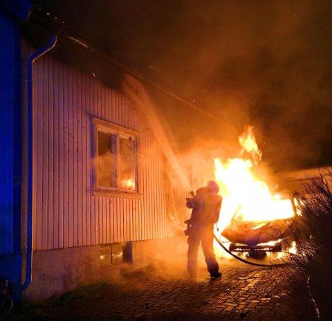 Bilbrann spredde seg til bolig, og det brant i gesimsen i hele husets lengde da brannmannskapene ankom. De klarte å stoppe brannen, og boligen på Borre er nærmest uskadd innvendig, opplyser brannvesenet lørdag morgen.