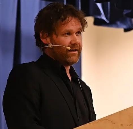 Tale: Her holder Cato Skimten Storengen sin personlige tale om det å leve med angst og depresjon for 250 frammøtte i Hedalen helselag.