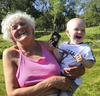HOVEDPERSON: Gunnhild er filmens hovedperson, her med barnebarnet Iver på armen.