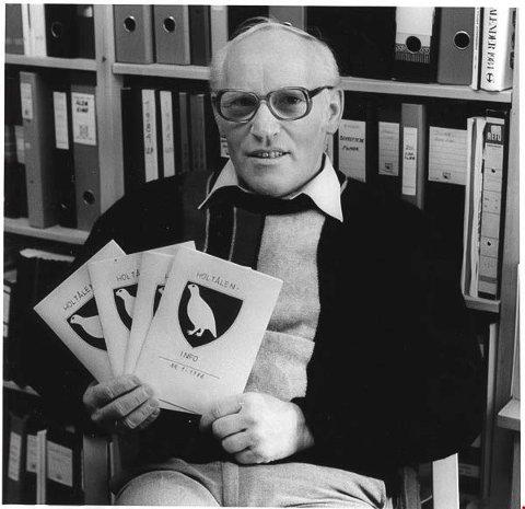 FØR: Peder Drøyvollsmo med det aller første kommunale informasjonsheftet i Holtålen - nummer én 1986. - Alt ble skrevet på maskin, kopiert, brettet og stiftet. Det tok litt tid, sier han.