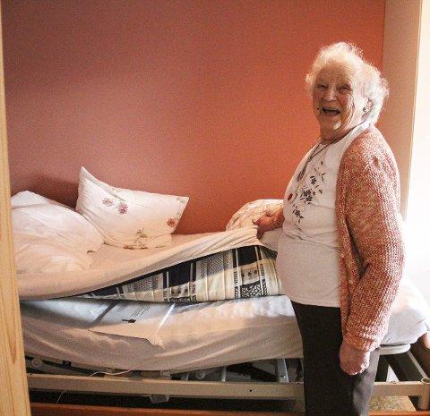 SENSOR: Sigrid Nilsen viser fram korleis sensoren i senga ser ut. – Den registrerer når eg står opp, fortel ho.