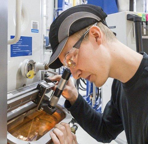 Skiftleder Wictor Salmonsen kontrollerer krystalliseringsprosessen i en av de 50 ovnene i Glomfjord.