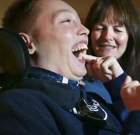 Glad gutt: Morten og fostermor Linda Fagerheim har funnet en god måte å kommunisere på.         Foto: Tom Melby