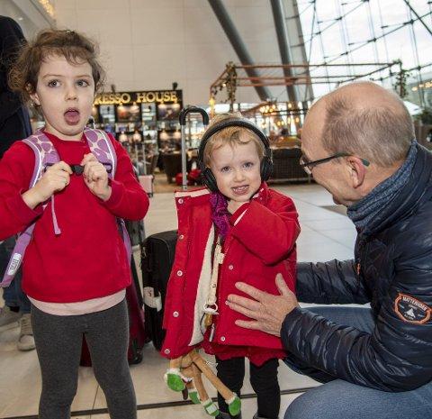JULEGLEDE: Bent Thomassen med barnebarna Mynthe (4) og Synne (2), som bor i København.  FOTO: EIRIK HAGESÆTER