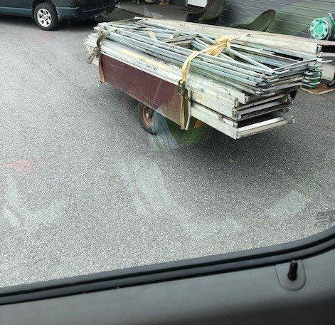 Den hvite varebilen hadde denne hengeren på slep, da den forsøkte å snike seg forbi kontrollen. Da hengeren ble funnet i sentrum, ble den avskiltet på stedet.