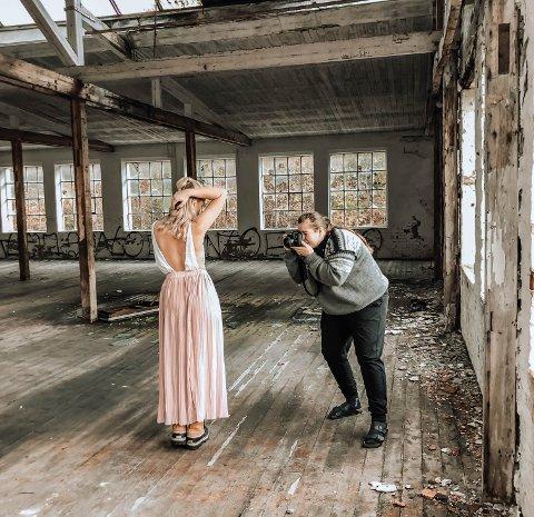 Photoshoot: Ane Swan fotograferer en av modellene.