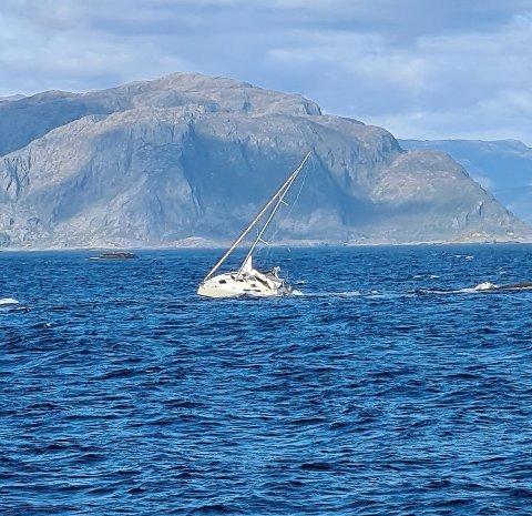 PÅ GRUNN: Slik enda seglturen for tre personar på 17. mai, men redningstenestene var raskt på pletten frå Florø.