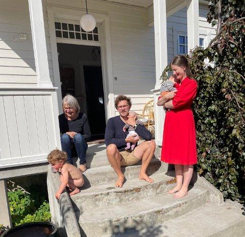 FAMILIE: Heile familien Håkon, Martine, Lyder, Henny og Almar er samla i den vakre bustaden i Lærargata. for tida er også farmor Britt på besøk.