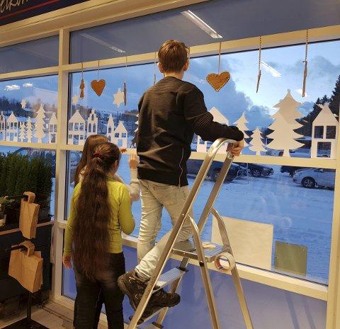 PÅ ALVOR: Ungdomsskoleelevene tok dekoreringen på alvor, og de kjedelige glassflatene ble raskt omgjort til et flott julevindu. Foto: Privat