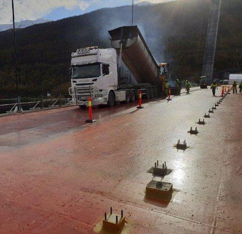 HÅNDARBEID: Tett i tett med fundamenter til gang- og sykkelveien betyr mye håndarbeid for asfaltleggerne. Foto: Privat