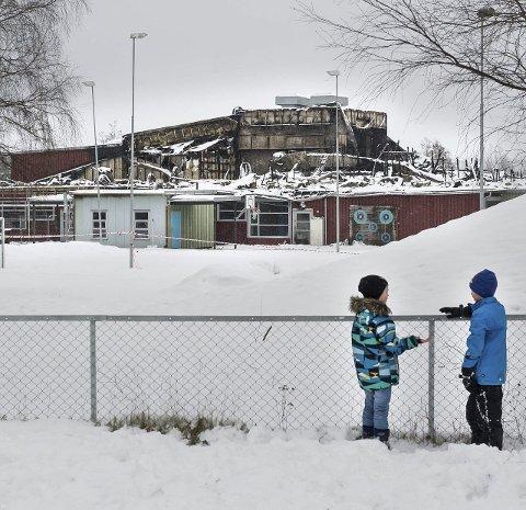 SKOLEBRAN: Barneskolen på Skarnes brant i vinter ned.