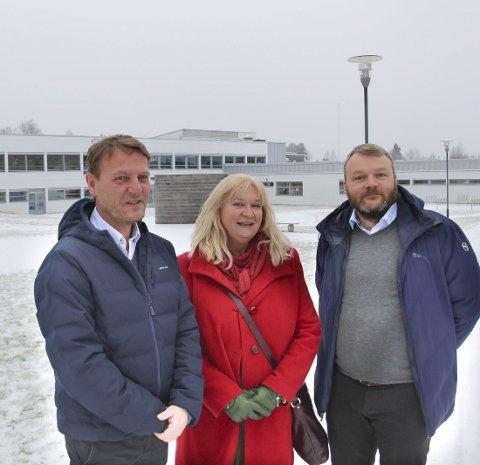 ANSATT: Nils Johansen (t.h) er ansatt i stillingen som oppvekstsjef i Eidskog etter Jon Egil Pettersen (t.v). I midten politisk leder for oppvekstutvalget, Ingun Aastebøl. FOTO: SIGMUND FOSSEN (ARKIV)