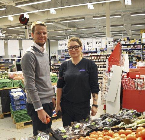 LYST: Nina Thorsrud og Audun Morgestad i butikk med ny belysning. Spesielt i frukt- og grønnsaksavdelingen merkes endringene.