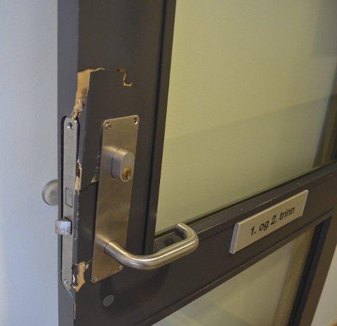 ØDELAGT: To dører inne på Trintom skole ble brutt opp og måtte byttes etter innbruddet i påska.