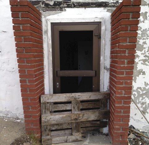 Ikke stengt: Denne døra er uten glass, med kun en pall foran.