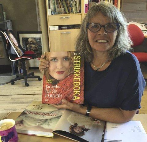 NY BOK: Kari Hestnes er klar med Den Strikkeboka. Hennes 12. bok om strikking.