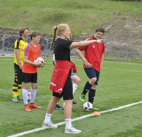 I aksjon: Stina Næss Berge gir instruksjoner. Gutta følger godt med på hva som blir sagt.
