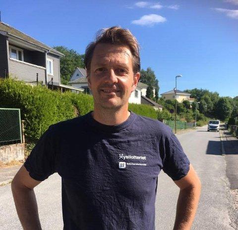 MØTTE ELGEN: Øystein Østli Langseth fikk seg en støkk, men er lettet over at han kom uskadet etter elgpåkjørselen mandag kveld.