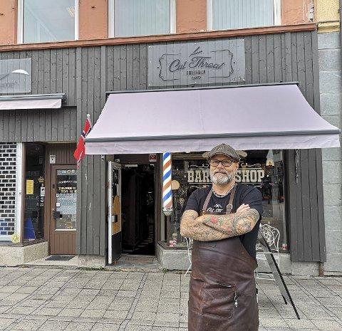 FULLT KJØR: Det har ikke vært mange hvileskjær siden Thor Åge Olsby åpnet barbersalongen Cut Throat på Østre torg for fem år siden. Det har vært en braksuksess.  Alle foto: Frank Morgan BAKKEN