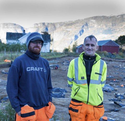 VISTE FRAM: Feltleiar Ole Aleksander Ulvik og prosjektleiar Søren Diinhoff hadde torsdag open dag på utgravingsfeltet på Lægreid.