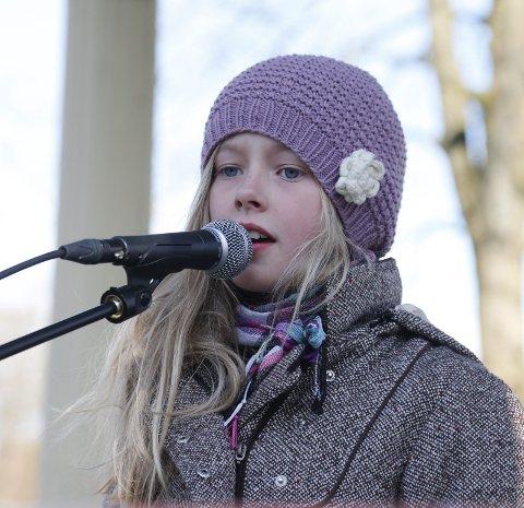 Synger: Elisabeth Kvinnsland synger «Tir n'a Noir» i paviljongen i Byparken.
