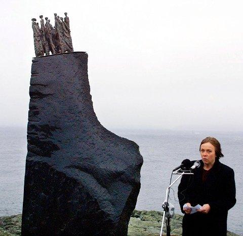 """26. november holdes minnemarkering ved Ryvarden, 20 år etter """"Sleipner""""-ulykken. Hvert femte år vender folk tilbake til minnestøtta etter Sleipnerhavariet. Her med Tove Følid i 2001."""