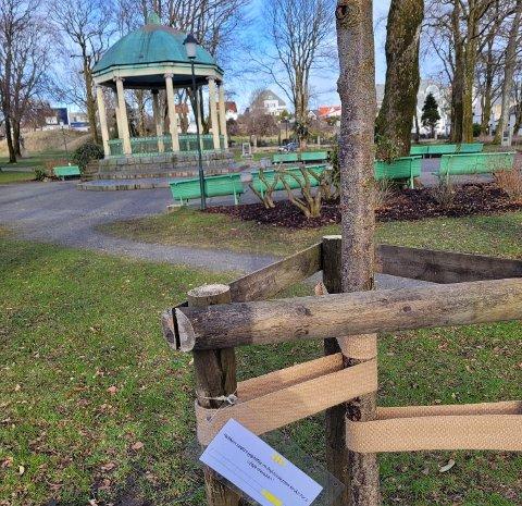 PÅSKEREBUS. Camilla Vandvik og Stian Lauknes har laget påskerebus i Byparken.