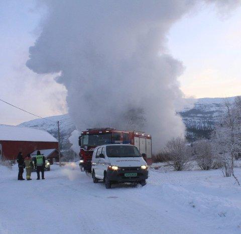 Fjøs: En fjøs ved branntomta kom tilsynelatende uskadet fra brannen.