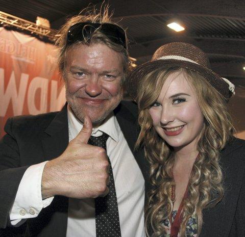 Bandwagon: Evelyn vant Helgelendingens låtskriver-konkurranse i 2012. Her sammen med konfransier Alex Rosen.