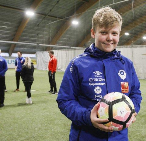 FORNØYD: Simen Jenssen Johnsen har grunn til å smile. Han er den yngste i landet som har gjennomført trenerkurset.