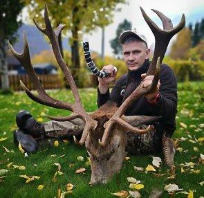FULL KLAFF: Frank Sandnes felte en diger hjort i Grane denne uka.