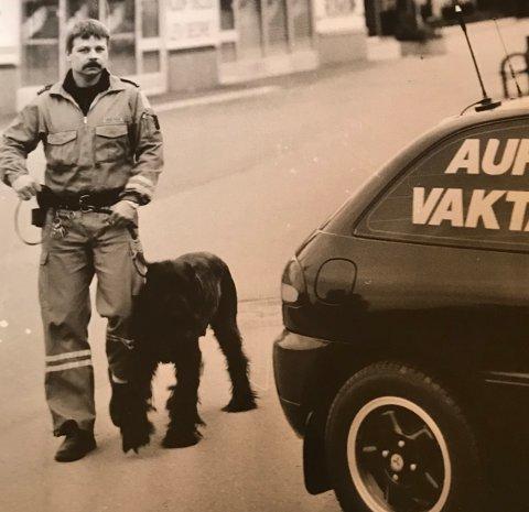 RUTINERT: Et kjent syn: Aur-vakta Trond Røberg, med hund og bil. I år fyller firmaet 30 år.