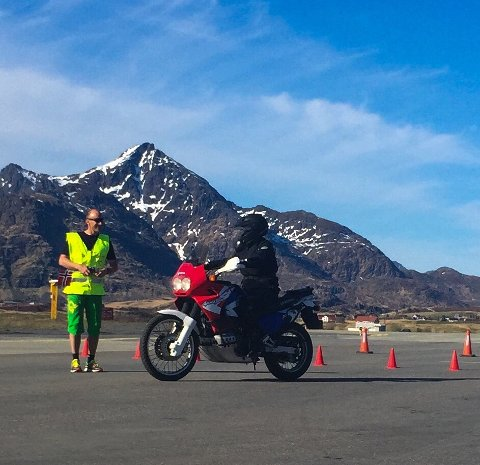 KURSET: Her gir Stig Hagen tilbakemelding på kjøringen til en av deltakerne