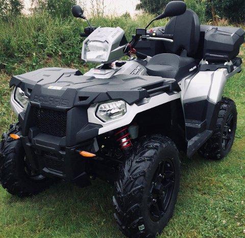 Familien Bøhler-Hansen på Borgenhaugen kjøpte denne ATV-en ny for 118.000 kroner så sent som i juli i år. Natt til tirsdag ble en nabo av familien vitne til at den ble stjålet, og meldte i fra til politiet. Opplysningene han ga politiet førte til at bilen som ble brukt til tyveriet ble stanset på Svinesund. En mann fra Romania er pågrepet i saken.