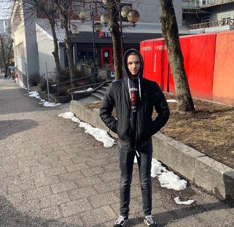 NYE UTFORDRINGER: Elias Tjernsli har satt seg et mål om å bli flymekaniker