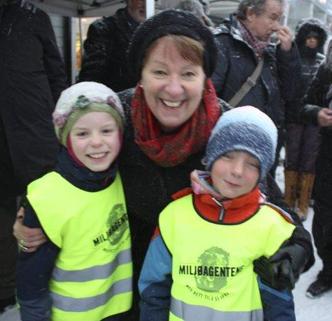 MILJØAGENTER: Ordføreren fikk hjelp av to miljøagenter, Mira og Eskil, til  å åpne T-banen igjen. – Den er jo så miljøvennlig, sa Eskil.