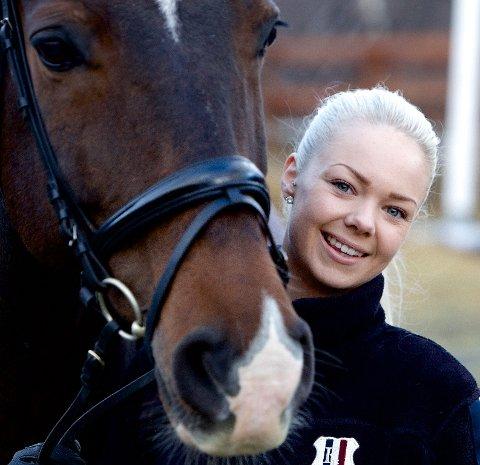 Cecilie Garden Hammari er sentral i alt som skjer i ryttersportsmiljøet i Nord-Troms. 21-åringen er blant kandidatene til årets ildsjel. Foto: Ola Solvang