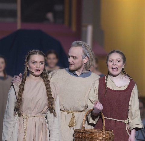 FLITTIG FAMILIE: Noa instruerer to av sine svigerdøtre (Elisabeth Nesje Sandnes og Ida Marie Bjørklund).