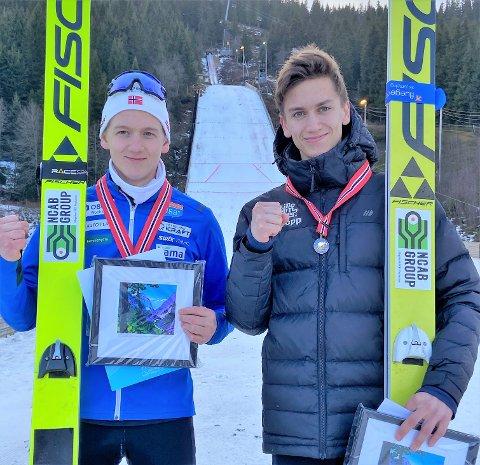 BRØDREDUELL: Benjamin Østvold (t.h) ville ikke ha noe av at hans yngre bror Sebastian skulle ha bakkerekorden i NM-bakken Bavollen på Voss, men sammen feiret brødrene NM-gull for lag.