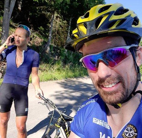 SKREMMENDE: Kjetil Juul Pedersen fra Lunner (til høyre) ble angrepet av en illsint ku på sykkeltur i Nordmarka i helga. Her sammen med Aleksander Eide som fikk skader etter et ublidt møte med den samme kua.