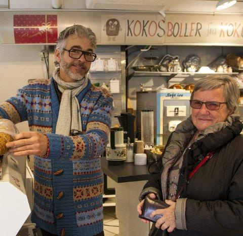 Kjøper ferskt brød: Evy Fjellstad fra Ski hørte de hadde så godt brød her.