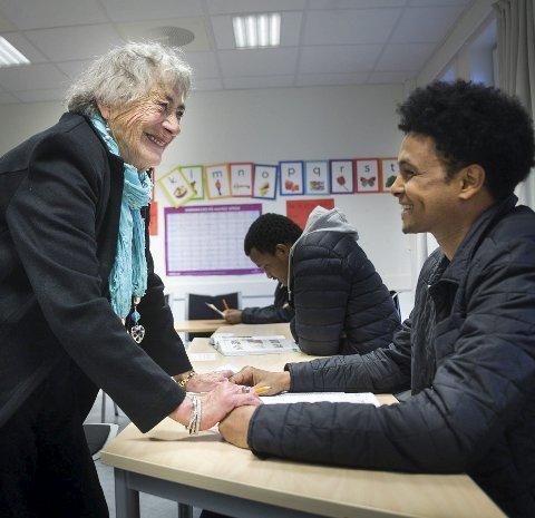1 Hjertelig: Ragnhild Hoff bryr seg virkelig om elevene sine. Og de er glade i henne. Hver torsdag er hun på plass, i eget klasserom hos Follo Kvalifiseringssenter. Her med gutta fra Eritrea.