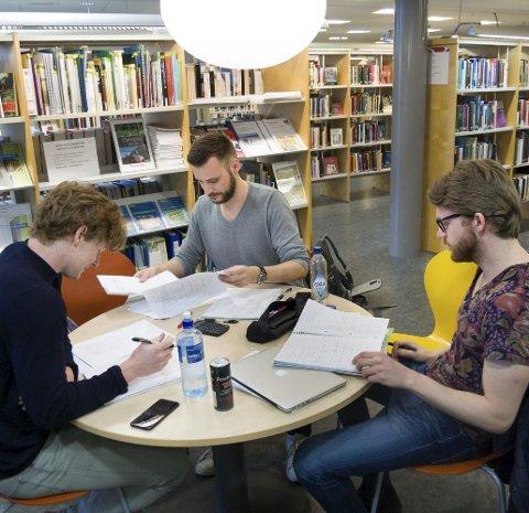Studenter: Jackb Netsgaard (f.v.), Simen Bakke og Even Bakke leser til eksamen sent og tidlig ved Oppegård bibliotek.