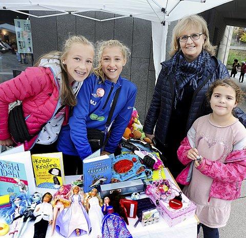 SOLGT: Anine og Martine Johnsen, solgte lekene sine. Lilja Larsson, med mormor Inger Lindberg, kjøpte noen av lekene.