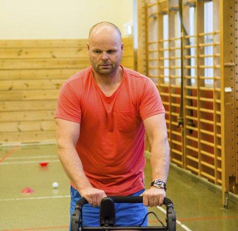 – Favner de svakeste: Rolf Einar Pedersen sier EL-innebandy med ledsagerstyrte stoler gir et tilbud til de svakeste.
