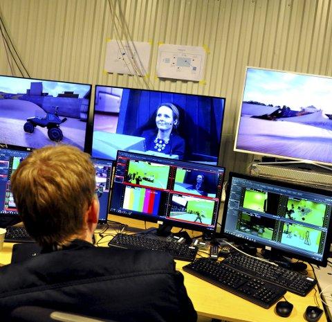 Avansert: På bakrommet jobber teknikere og computere med å gjengi den virtuelle virkeligheten rundt deltakeren. Her prøver kulturminister Linda Hofstad Helleland å kjøre monstertruck i et ørkenlandskap under mandagens lansering.