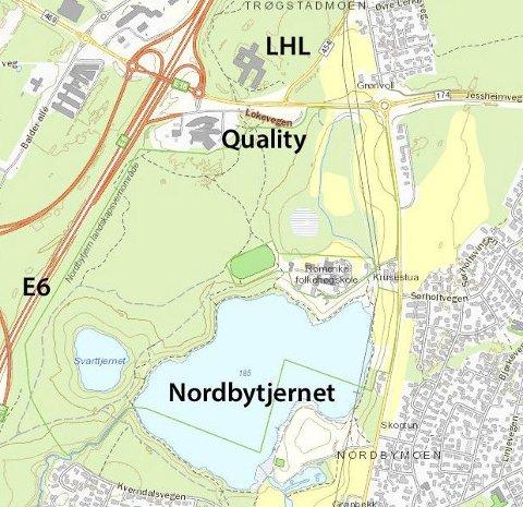 Mange stier: Det er ikke lett å orientere seg i stinettet mellom hotellene ved E6 og Nordbytjernet, hvis en ikke er kjent.