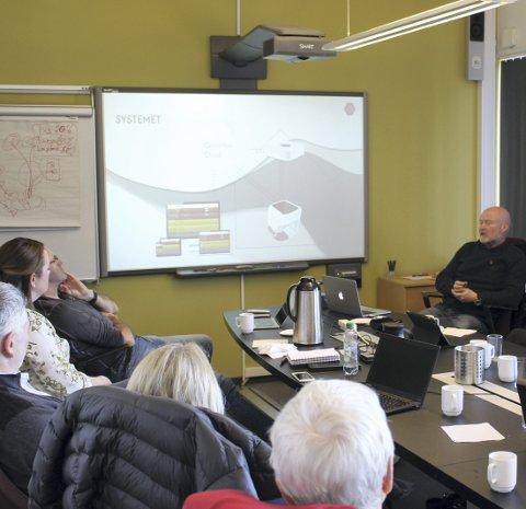 PRESENTERTE: Terje Tobiassen presenterte oppfinnelsen for representanter for flere av kommunene på Romerike, i Kunnskapsbyens hus på Kjeller.