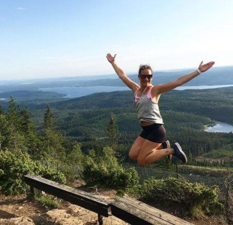 Populær topp: På Romerike ligger det flere flotte toppturer og venter på deg. En av dem er turen opp til Mistberget i Eidsvoll. Her er Christina Gjestvang fra Eidsvoll på toppen. Foto: Christina Gjestvang